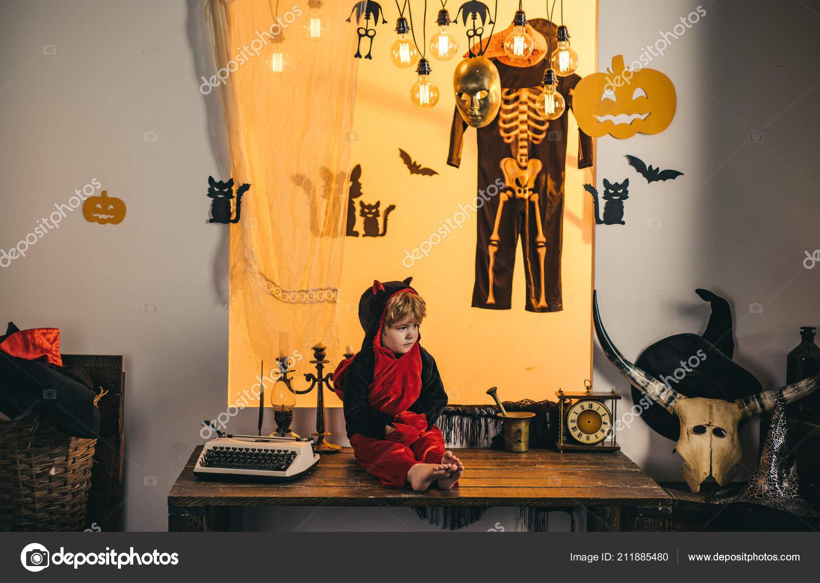 Decorazione di Halloween e concetto spaventoso. Facce di orrore. Felice  Halloween week-end. Zucca magica. I bambini giocare con le zucche e  trattano. 65c054548db6