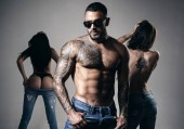 junge Mode Männerbeine in Jeans. Sexy Abend für junges Paar und Sexschutz. muskulöser athletischer sexy Mann, nackter Oberkörper. Nacht Party - junge Liebhaber. Schluss mit sexueller Belästigung. Sicherheitskonzept.