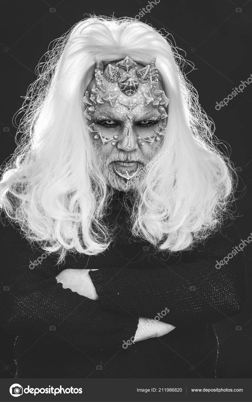 5565e60ac24d Άνθρωπος με δέρμα ερπετών και μεγάλη γκρίζα μαλλιά — Φωτογραφία ...
