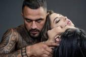 Dominant im Vorspiel. Der Mensch spielt Dominanzspiele. Konzept des sinnlichen und intimen Moments der Liebenden. Sexy Abend für junges Paar und Sex-Schutz.