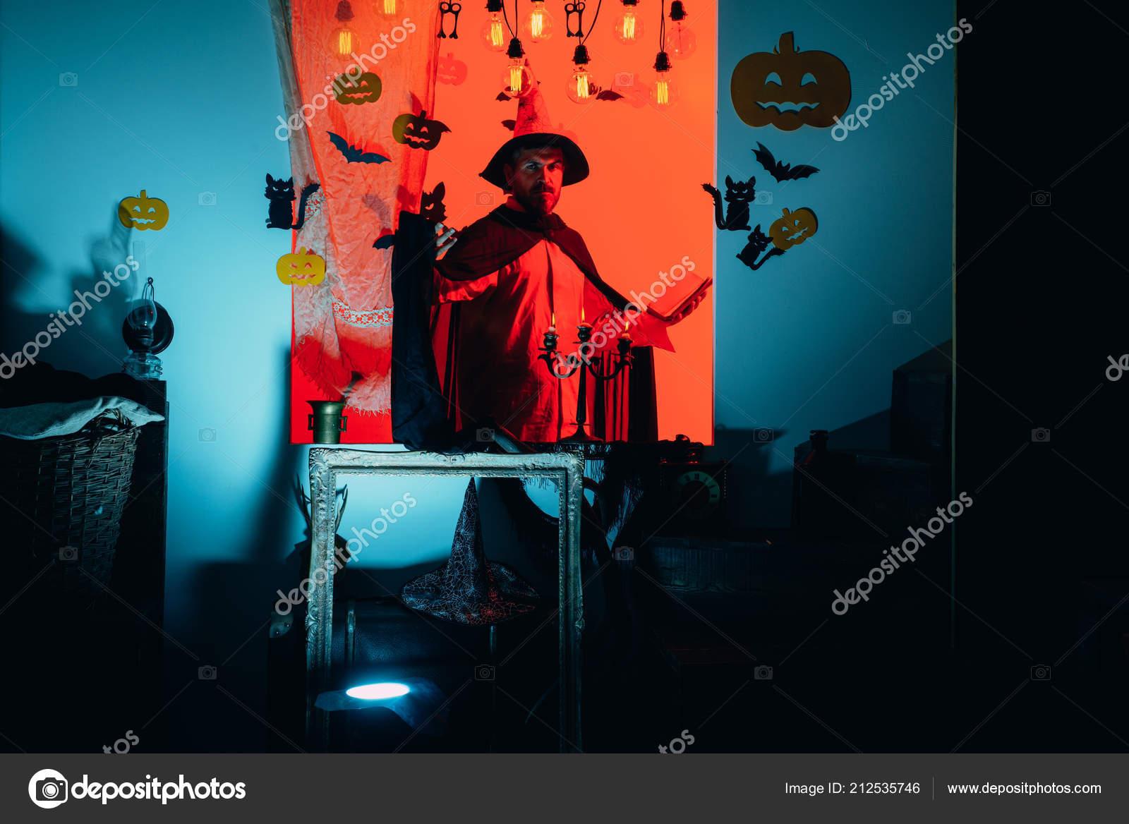 Cappello magico. Migliori idee per Halloween. Jack-o-lanterne. Padre felice  su priorità bassa di halloween con il libro di magik. Zucca magica. 763b12ab9c83