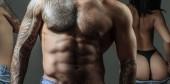DJ und sexy Dance-Musikvideo. Reizvoller Tanz. Vergewaltigung und sexueller Missbrauch. leidenschaftliche Frau mit muskulösen lateinamerikanischen Liebhaber. muskulös athletisch sexy männlich, nackter Oberkörper.