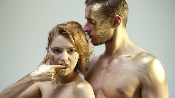 Pojetí erotiky. Erotika s pár s golden těla a navzájem dotýkají na bílém pozadí. Halloween párty a oslavy koncept