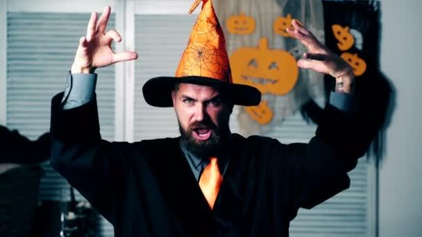 Vousatý Průvodce vlny ruce a čte kouzla na svátek Halloween. Halloween párty a oslavy koncept. Pojetí čarodějnictví na Halloween
