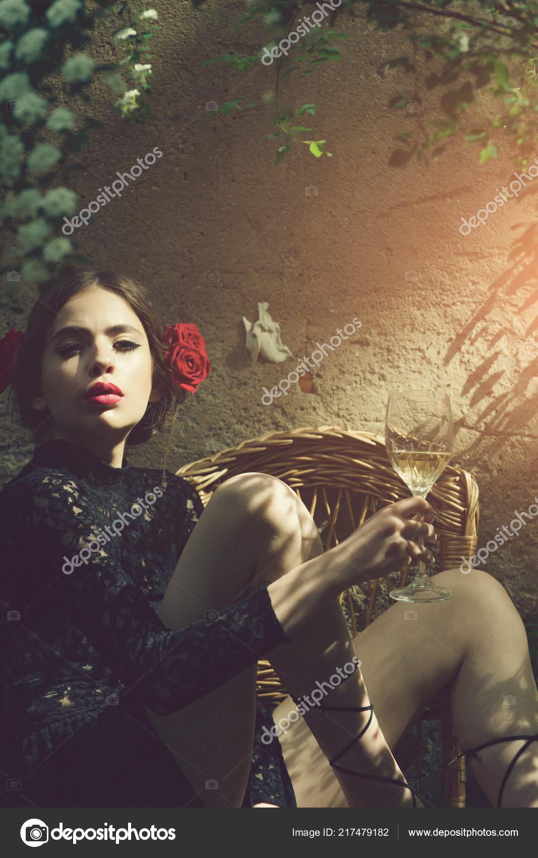 Mujer Con Labios Rojos Elegantes Con Copa De Vino Foto De