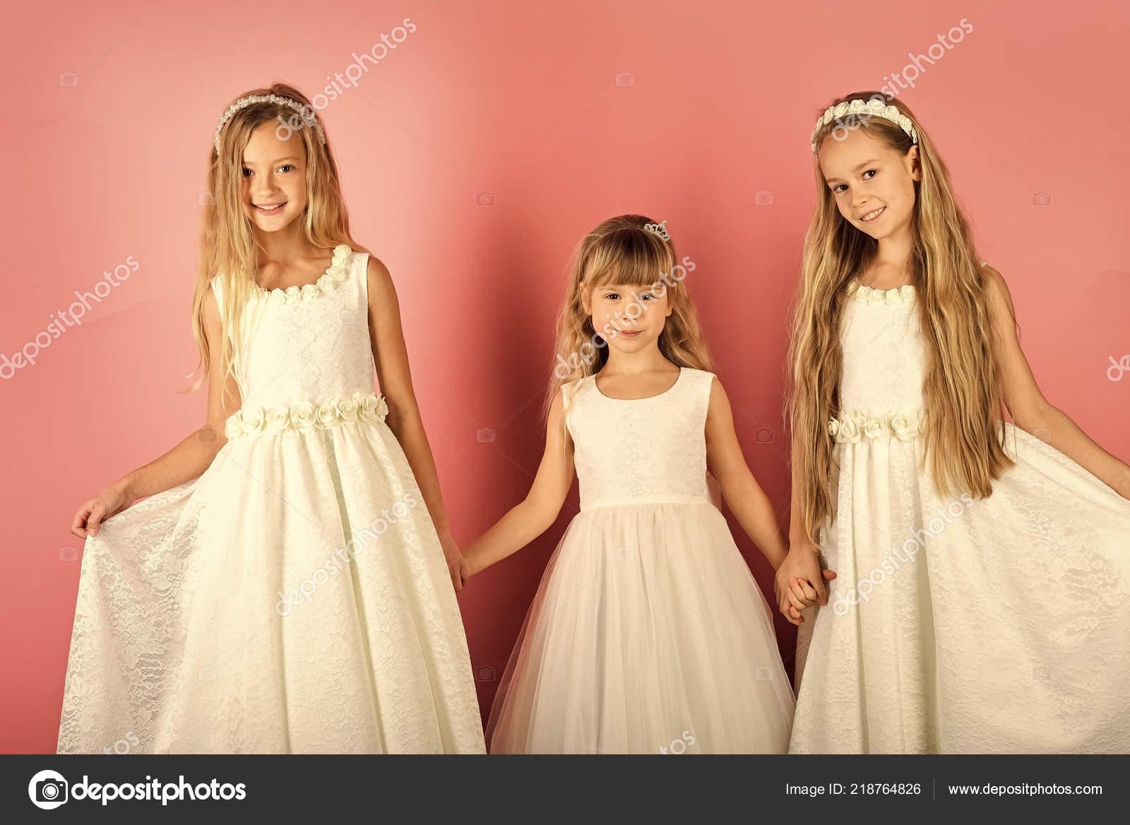 e7ecb0add75 Móda a krása, malá princezničko. Přátelství, podívej, kadeřnice, svatební  rodiny módní model sestry krása — Fotografie od Tverdohlib.com