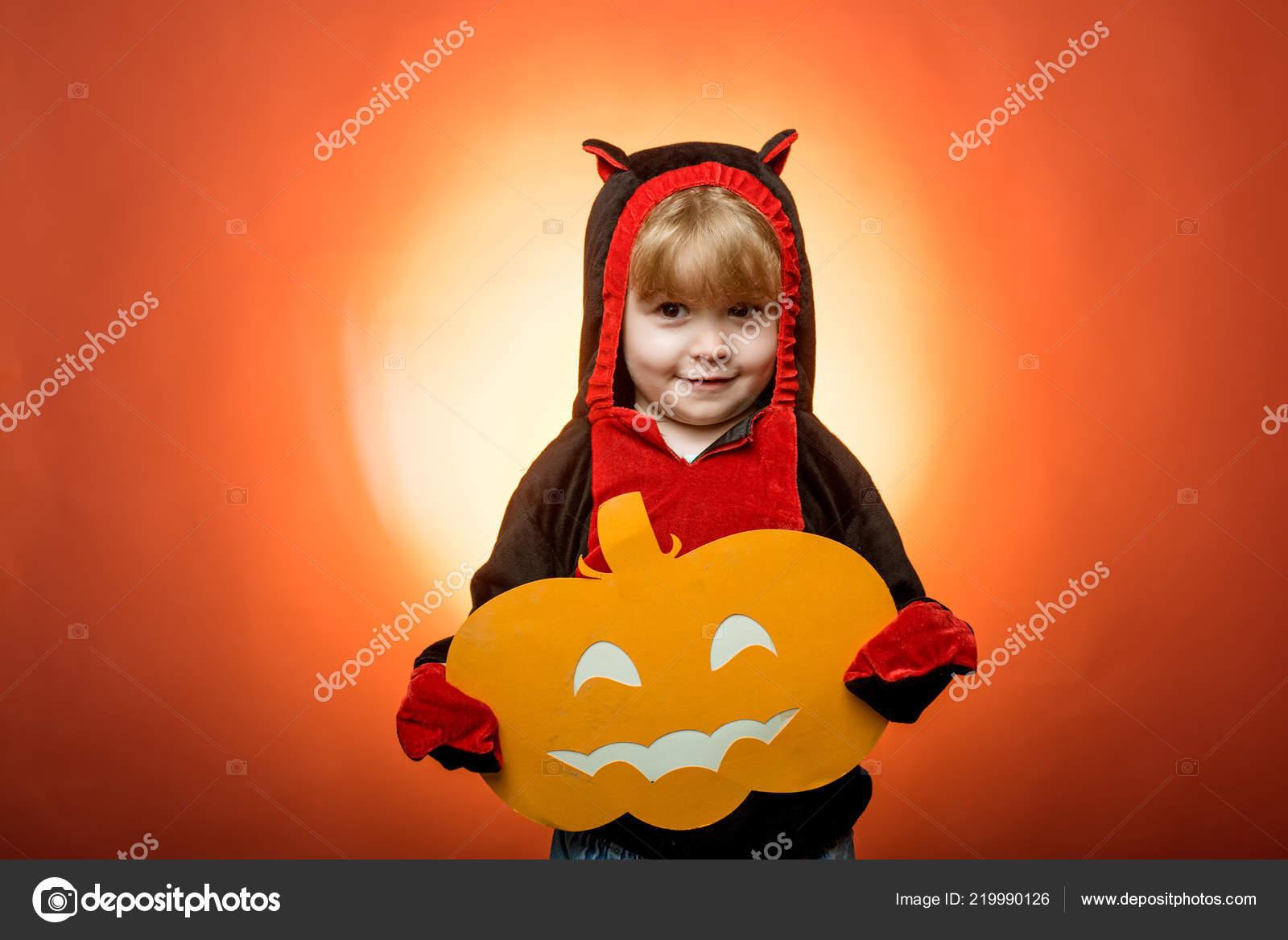 70979fded836 Кошелек или жизнь. Счастливый Хэллоуин с тыквы на красном фоне ...