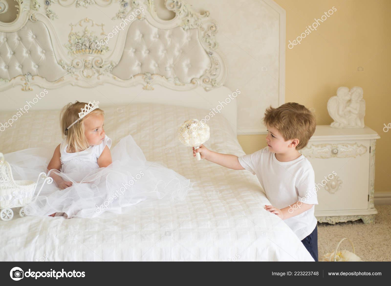 Hochzeit Haar Trends Kleine Blume Madchen Tragen Tiara Und Frisur