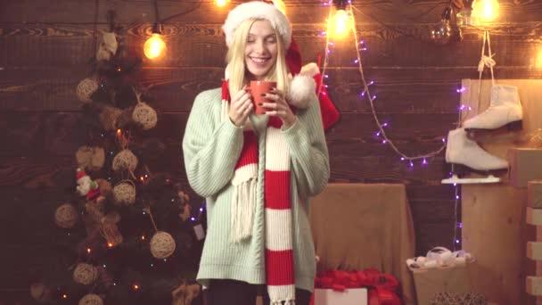 Frohe Weihnachten und ein gutes neues Jahr. Weihnachtsglühwein. Neujahrsfrau.