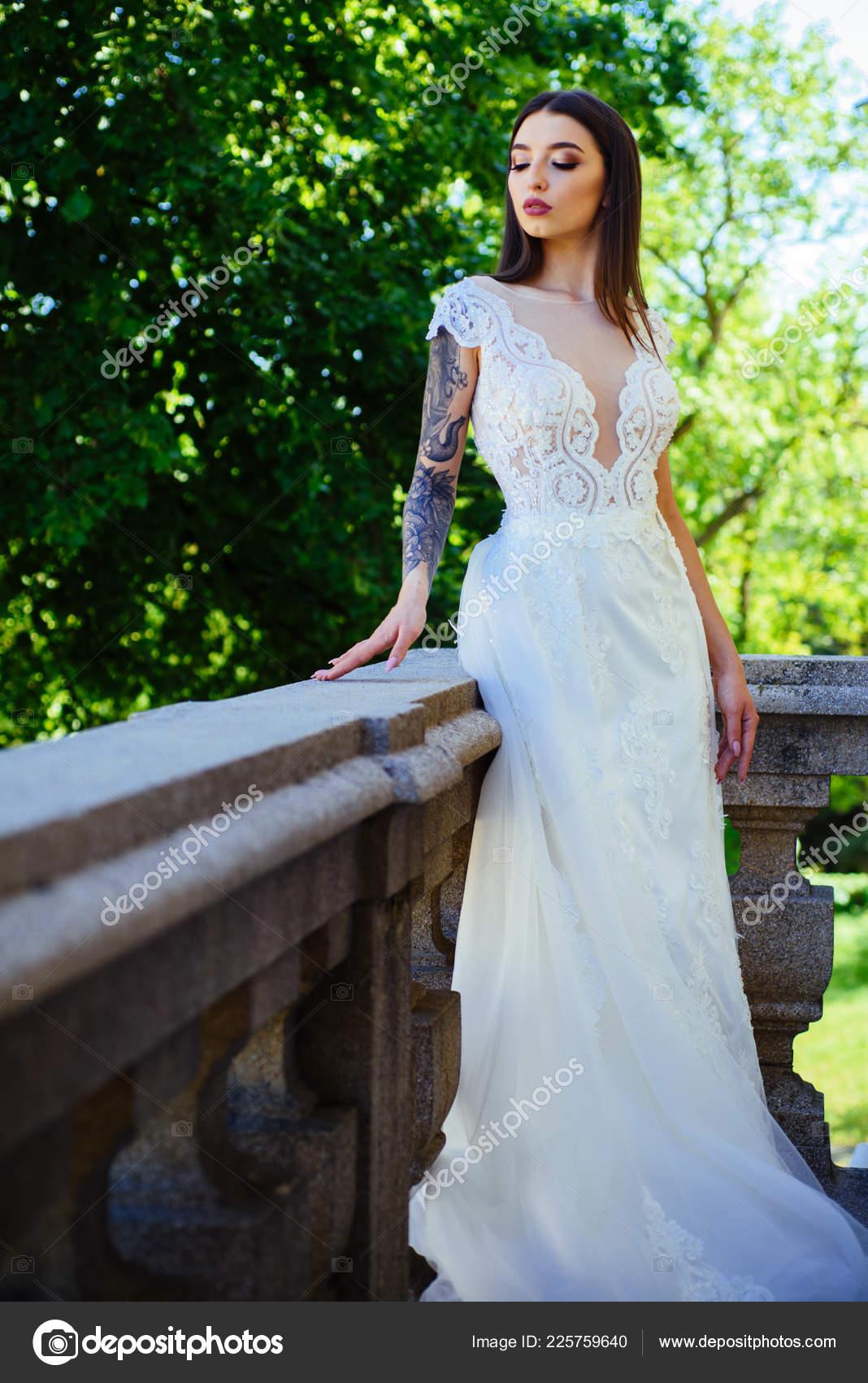3de5bbef15 Vestidos de boda hermosa en boutique. Maravilloso vestido de novia. mujer  se está preparando para la boda. Salon de boda elegante está esperando a la  novia.