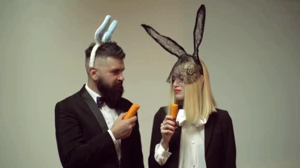 Legrační pár králík jíst mrkev. Zajíček uši koncept s králíček pár. Heppy velikonoční pár.