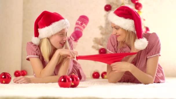 Az új év party lány meg készítmény. Lány barátság. Új év bemutatja és ajándék készítése