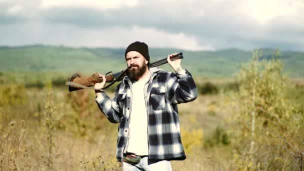 Hegyi vadászat. Vadászat az a gyakorlat, a gyilkos vagy túltöltési állatok. Vadászat az erdőben.