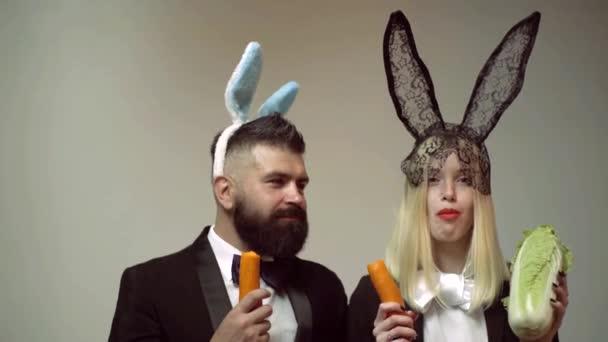 Králičí pár jíst mrkev. Zajíček uši koncept s králíček pár. Heppy velikonoční pár. Králičí muže a ženu překvapit emoce