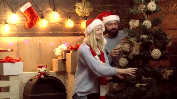 Šťastný pár zdobení vánoční strom. Nový rok pár. Ráno před vánočními. Veselé Vánoce a šťastný nový rok.