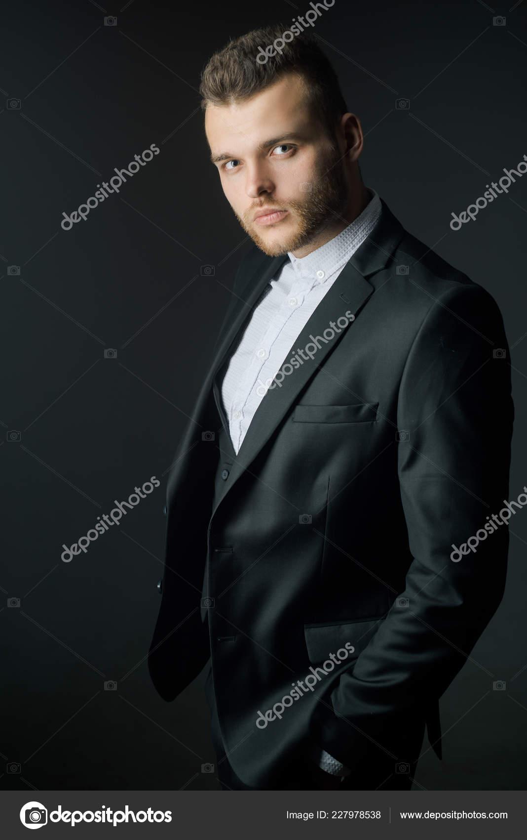 be31764e0b36 Богатый человек в классических костюмах. Модный костюм. Мужская одежда  класса люкс. Мужчина в костюме. Классический костюм.