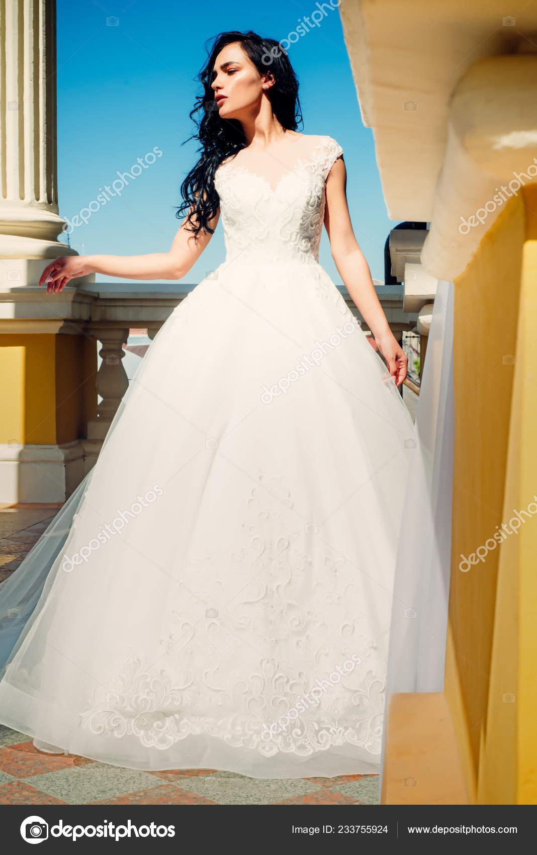 9b4560eef34b9 Salon de mariage élégant est en attente pour la mariée. Belles robes dans  la boutique
