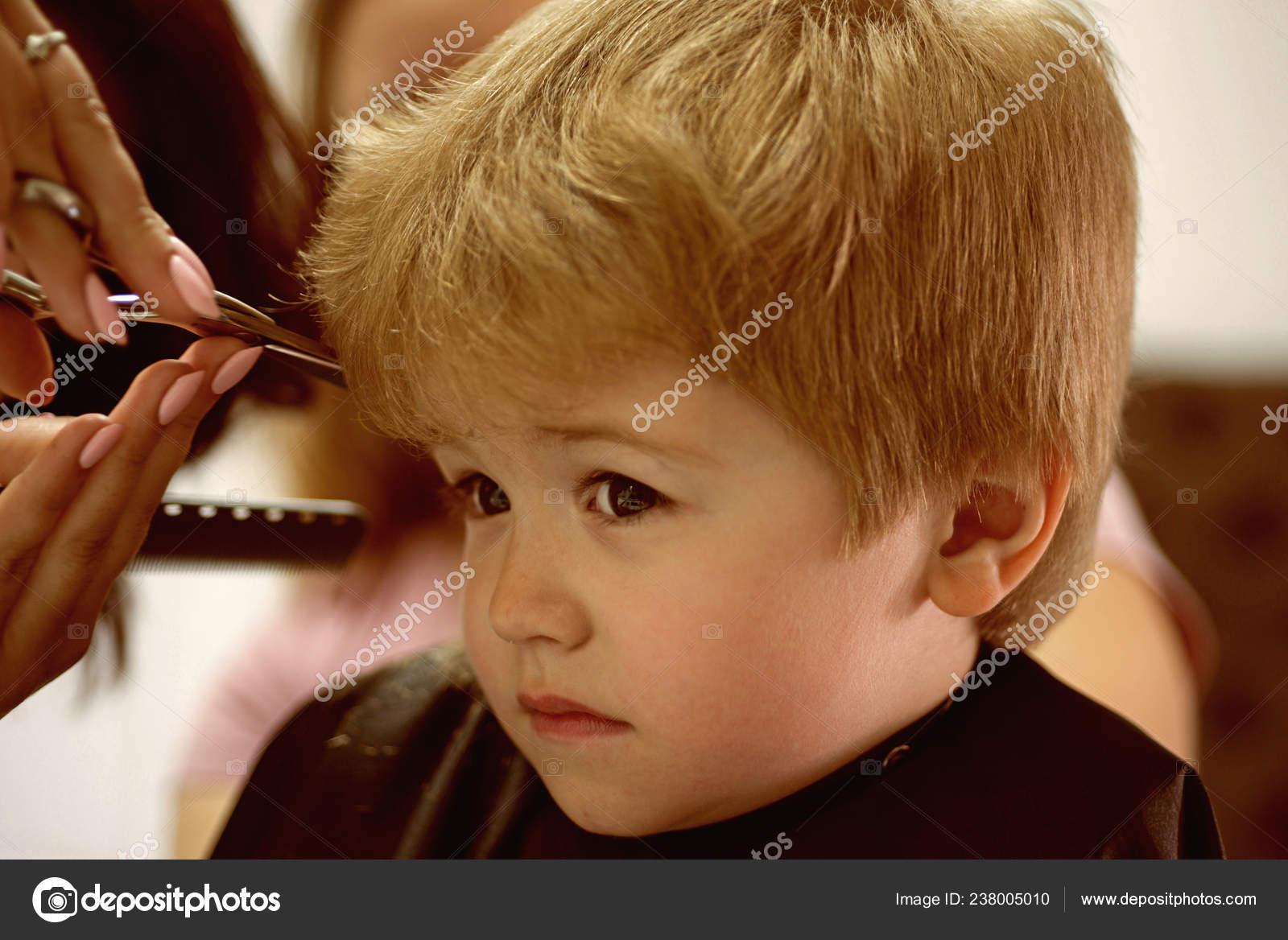 Haarschnitt Lustig Machen Kleines Kind Gegeben Haarschnitt Kleines