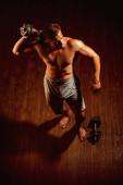Fotografie Formen Sie jetzt einen besseren Körper. Starke Arbeiter mit six Pack abs. muskulöser Mann haben Workout im Fitness-Studio. Fitness- und Muskeltraining. Man übt mit Hantel Gewichte. Arbeiter Mann mit muskulösen Körper fit