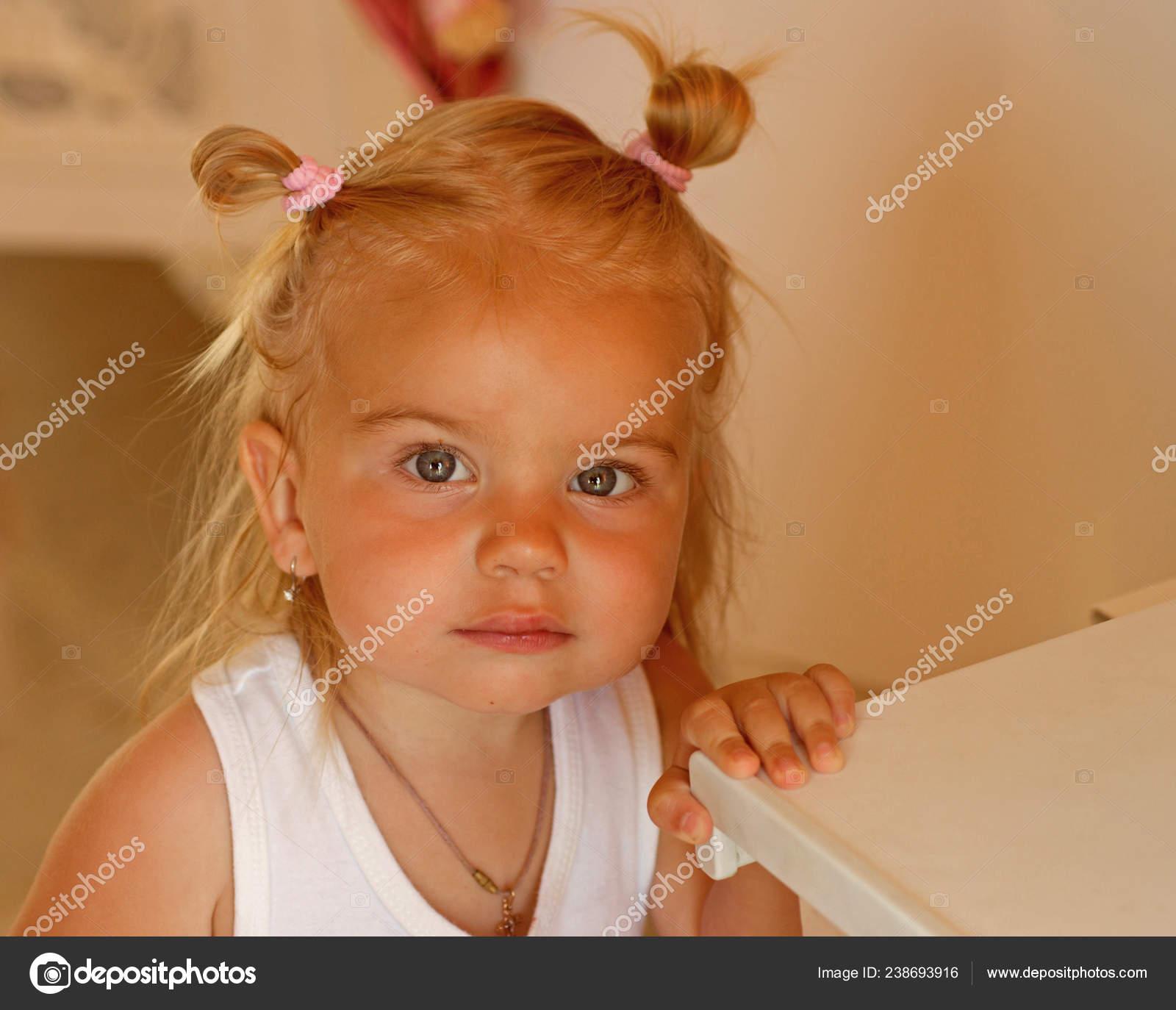 Wird Eine Echte Cutie Kleines Madchen Mit Brotchen Pferdeschwanz