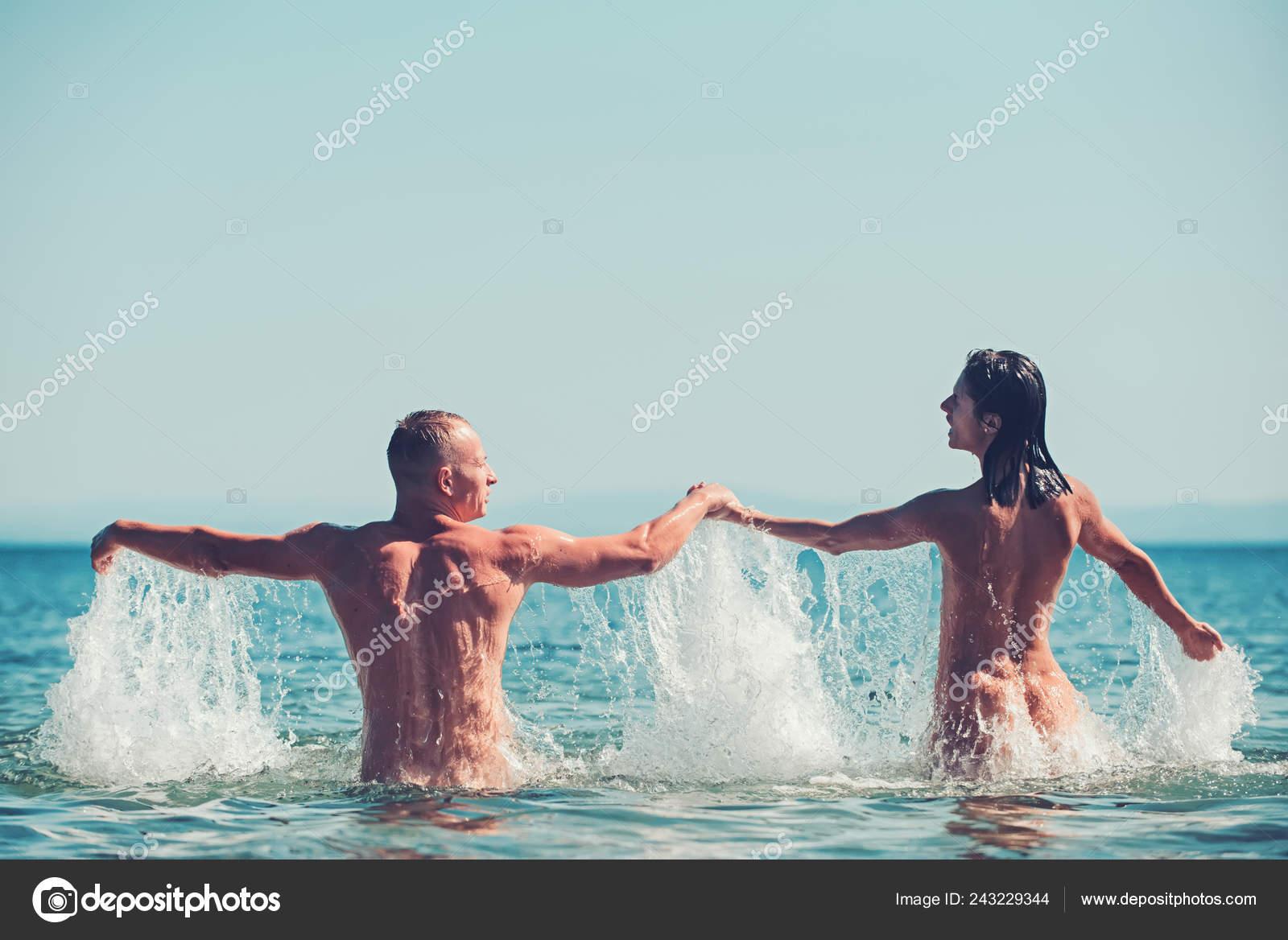 lesbiyanku-na-plyazhe-golie-lyubov-porno-foto-viebal