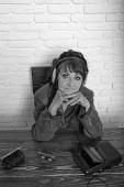 Fotografie Alte Frau mit Kassettenrekorder Musik im Kopfhörer hören