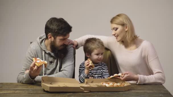 Ritratto della famiglia felice che mangia pizza. Fetta di pizza calda. Fetta di Pizza Pepperoni classico originale fresca italiana, isolato su priorità bassa bianca. Tempo della pizza.