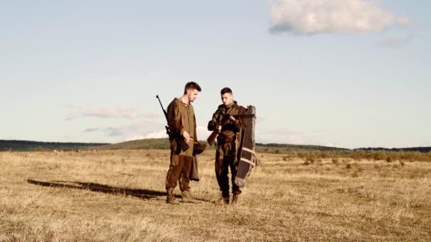 Vadászati engedélyeket. Vadorzó puska pecsételő néhány szarvast. Illegális vadászat vadorzó az erdőben. Vadász biztonsági oktatás tanfolyam. Leginkább reális játék valaha teremtett.