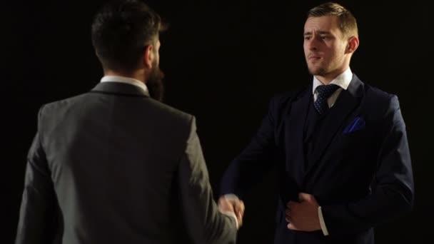 Úspěšné zakázky. Dva kolegové handshaking po setkání. Dva obchodní muži potřást rukou na znamení smlouvy.