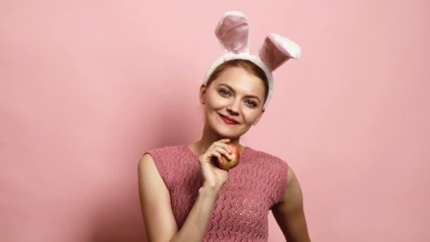 Ostern, Feiertage und Menschen Konzept - glückliches Mädchen mit Hasenohren. glückliche Familie bereitet sich auf Ostern vor. Frohe Ostertage.