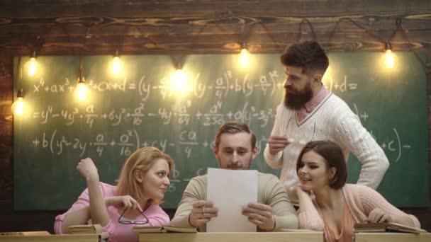 Barát koncepció. Csoport együtt tanuló egy osztályban. A csoport négy fiatal diák, tanár és iskolai órákon laptop. Oktatás, iskola, főiskolai és egyetemi koncepció.