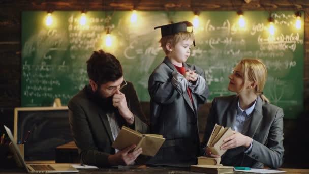 Zseniális fia anya és apa diákok tanítják. Kis gyerek játék tanár nő és férfi. Család együtt a Palatábla izzók, ötletek. Vissza az iskolába. Jövő- és oktatási koncepció.