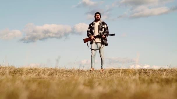 Licence pro lov. Pytlák s puškou špinění některé jelenů. Ilegální lov pytlák v lese. Podzimní sezóna lovu. Muž s pistolí.