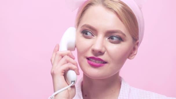 Nahaufnahme Porträt eines Retro-Mädchens mit Vintage-Telefon. Sexy Pin-up-Frau geht ans Telefon. schöne sexy blonde Frau spricht auf dem Retro-Vintage-Telefon. Pin-up-Stil.