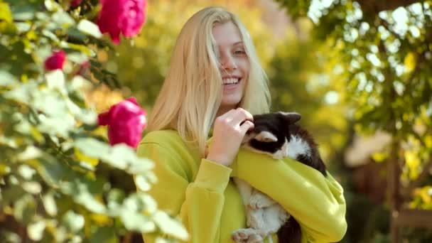 positive menschliche Emotionen, Mimik. schöne junge Frau mit niedlicher Katze, die sich im Freien ausruht. Frühlings- und Herbstträume. Verliebte Menschen und Tiere.