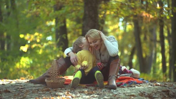 Mather a syn. Máme spolu rádi podzimní čas. Móda podzimní rodinný portrét na pozadí přírody.