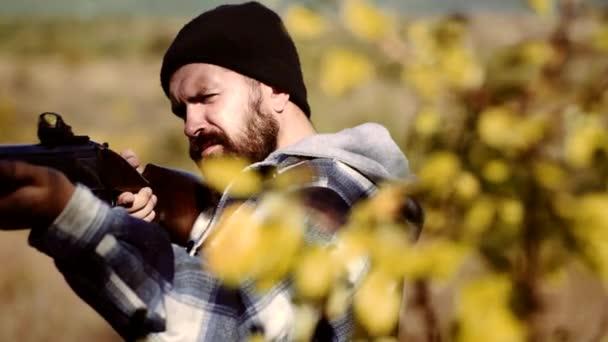 Hunter Target lézeres elől. Collimating elől. Vadászati licencek. Orvvadász a Rifle spotting néhány Deers. Illegális vadászat orvvadász az erdőben.