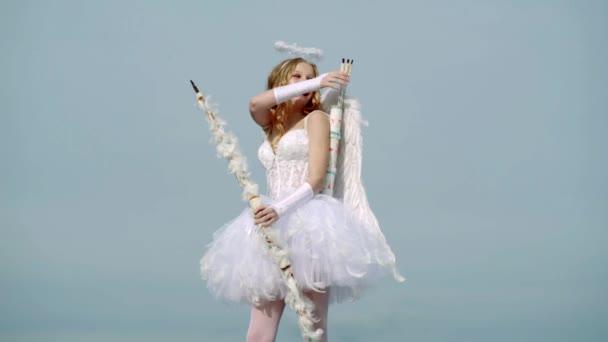 Fogalma Valentin Daygirl öltözött, mint egy angyal a világos háttér. nyíl és a szárnyak. Ártatlan lány Angel szárnyak állva íj és nyíl ellen, kék ég és fehér felhők
