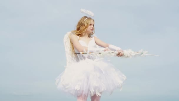Okouzlující kudrnatá holčička v bílých šatech a křidélek. Dárkový poukaz na Valentýna-svátky Amorid s láskou. Valentinky-den.