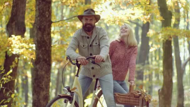 Šťastnou mladou kopu v parku za slunečného dne. Podzimní pár. Pár s ročním motorku.