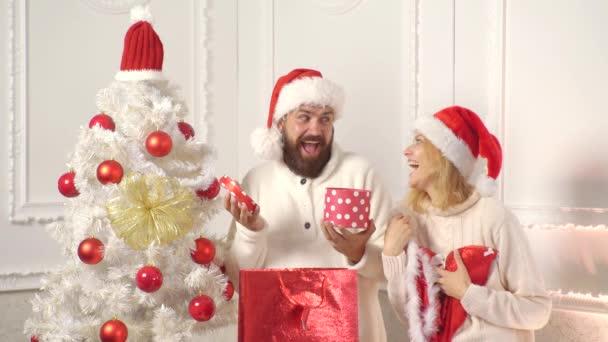 Emoce pro dárky. Zábavný pár v živé přípravě vánočních svátků. Vánoční dekorace-nový rok. Přeji vám veselé Vánoce.