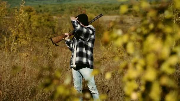 Hunter egy sörétes puska egy Vintage lövés ruhát. Vadászat az erdőben. Hegyi vadászat. Vintage vadász.