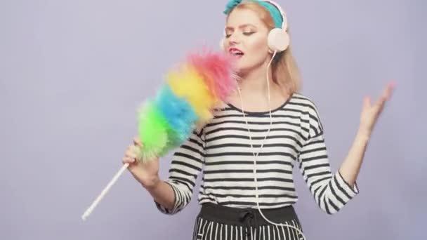 Pinup-Frauen halten Staubwedel in der Hand und singen und tanzen. Haushälterin in Uniform hält Staubwedel. Reinigung im Retro-Stil Reinheit. Reinigungsdienste.