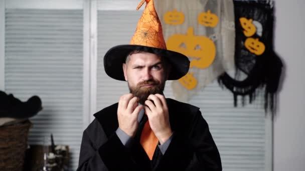 Šťastný Halloween příběh. Strašný příběh v noci. Dobrý kouzelník s úsměvem. Kouzelník s knihou. Čtu v noci. Halloweenská párty na pozadí. Nejlepší otec vůbec. Dýně na Halloweenské pozadí.