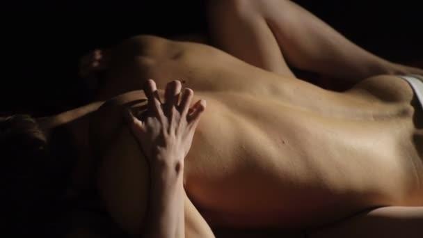Womans Hände tauchen ihre Nägel in ihre muskulösen Partner zurück. Paar in der Liebe umarmen. Paar mit Sex. Weibliche Hand kratzen Liebhaber zurück in Ekstase mit Orgasmus oder leidenschaftlichen Sex auf dem Bett.