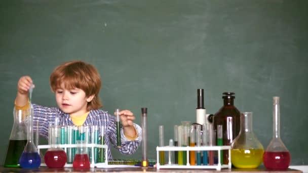 Esperimenti di biologia al microscopio. 1o settembre. Scienza della chimica. Bambini a lezione di scuola. Chimica per il juniores.
