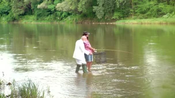 Ember Halász fogások egy halat. Legyező pisztráng. Legyező horgászat legismertebb, mint a módszer kifogása pisztráng pódes és a lazac. Horgászat népszerűvé vált szabadidős tevékenység.