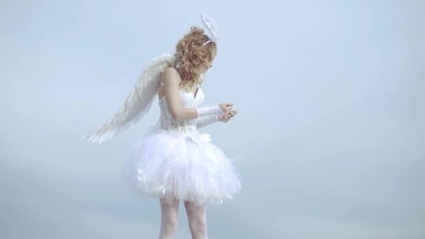 Milé dítě. Denní karta valentinek. Holčička s andělským křídlem a svatozář. Krásná mládež s blond kudrnatými vlasy a luk a šípy jako Amorův-valentinky den. Šíp lásky