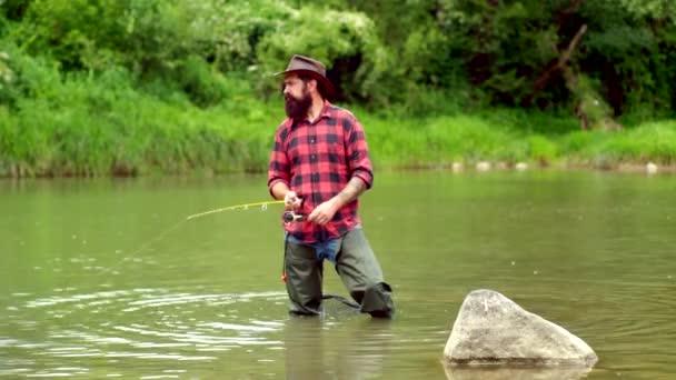A nyári napon horgásznak a folyón. Ember legyező. Legyező horgászat az érintetlen pusztában Amerika.