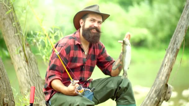 Pisztráng. Jóképű Halász halászat egy folyón egy Horgászbottal. Steelhead szivárványos pisztráng. Portré vidám ember halászat. Halászati.
